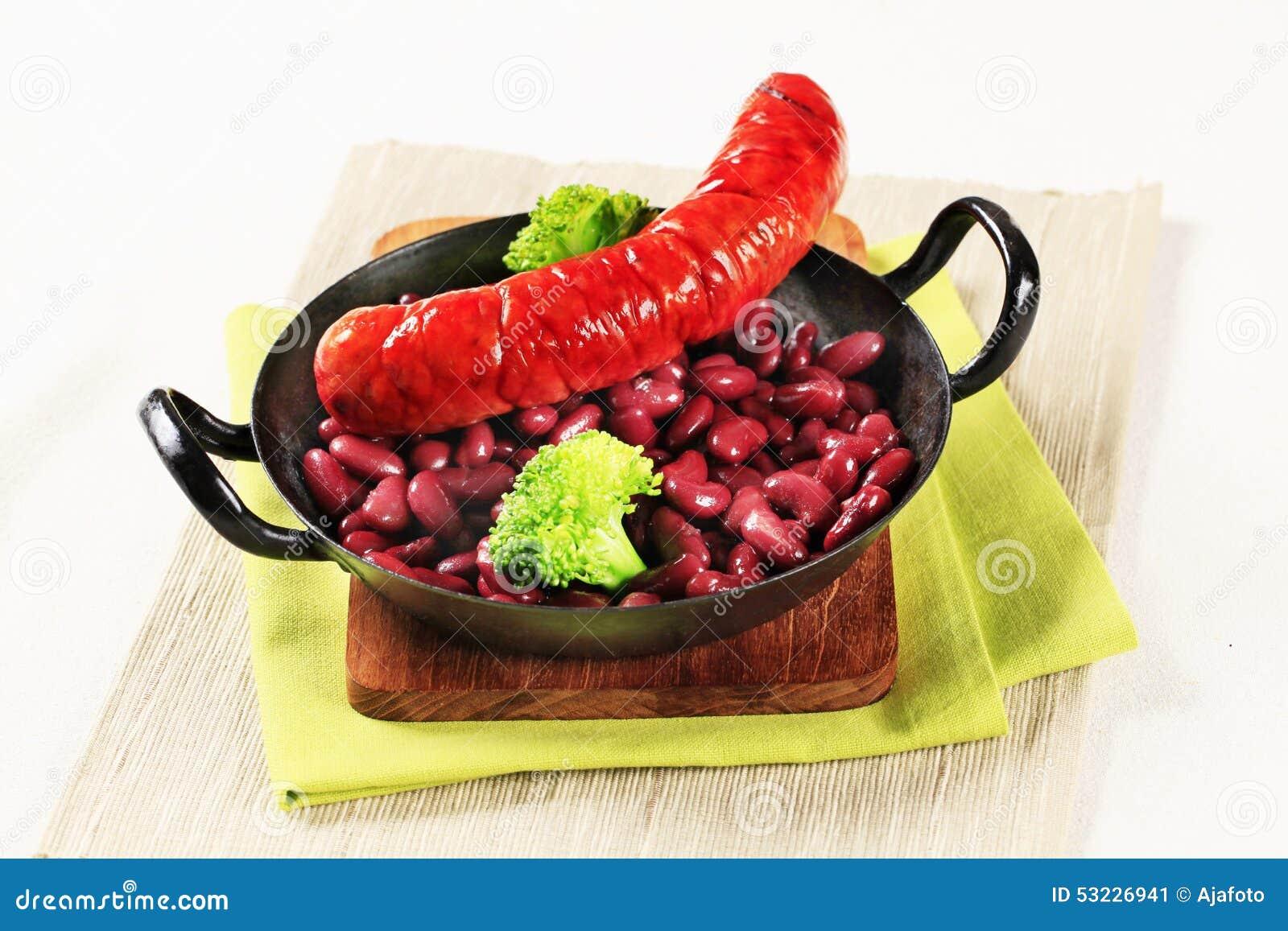 Habas de riñón cocinadas con la salchicha