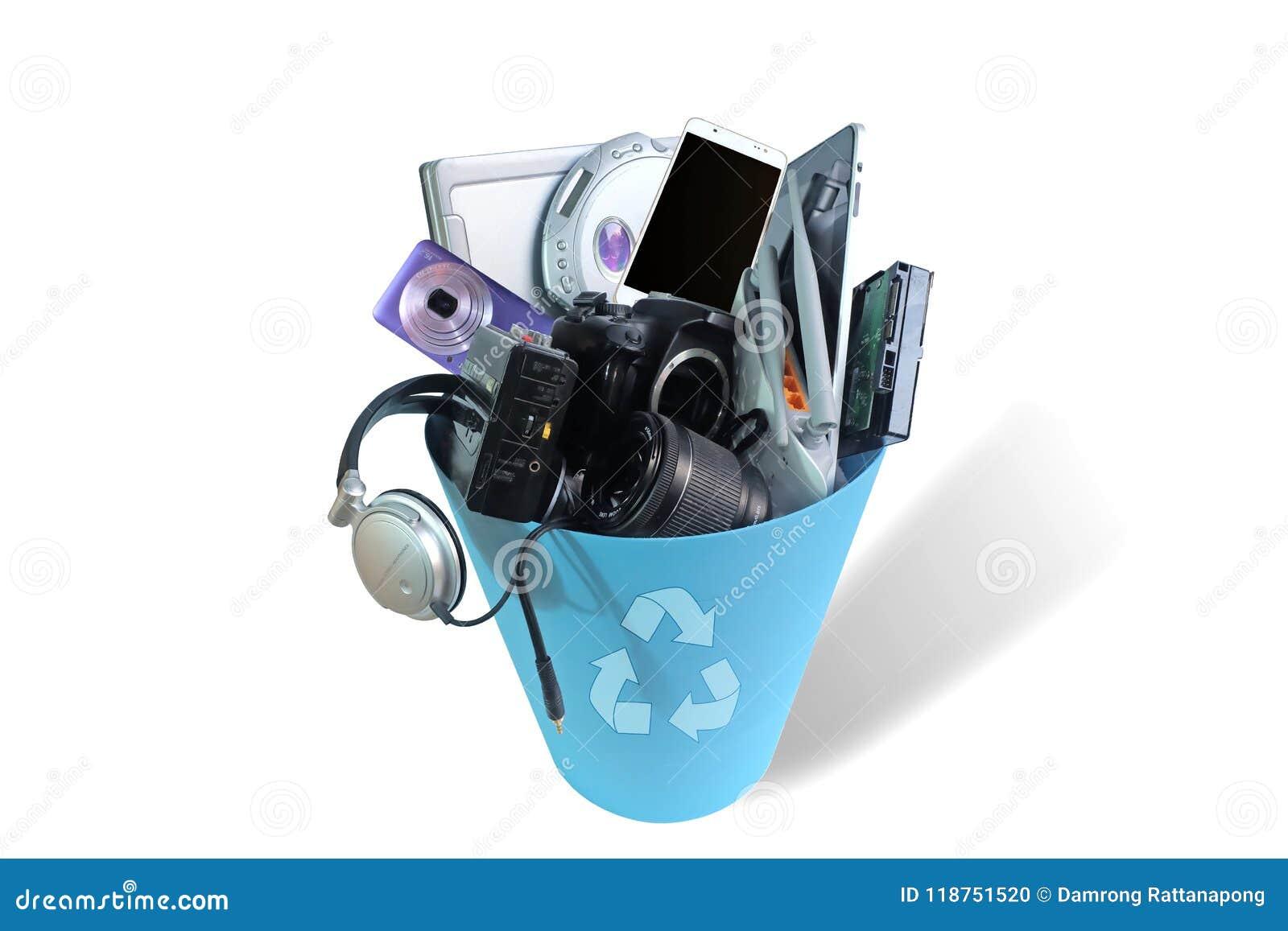 Haber roto inútil electrónica o daño en el cubo de basura aislado en el fondo blanco