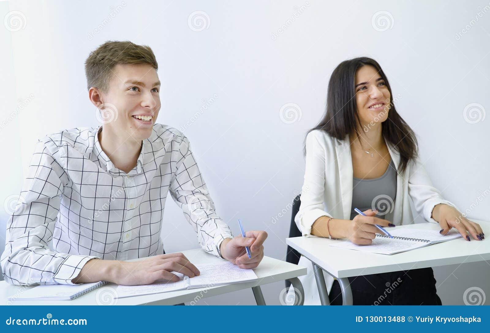 Habilidades de discurso sonrientes de la práctica motivada positiva del estudiante masculino con experiencia del crecimiento de l