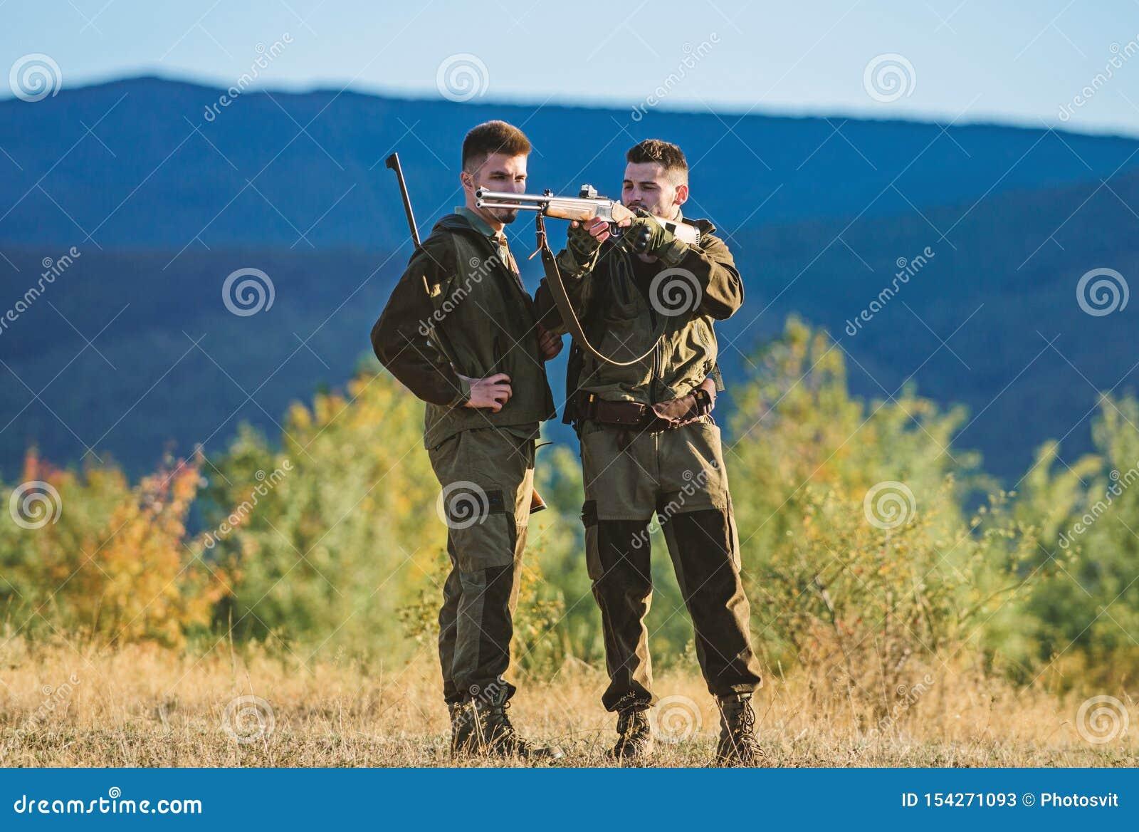 Habilidades de la caza y equipo del arma C?mo caza de la vuelta en la afici?n Amistad de los cazadores de los hombres Fuerzas del