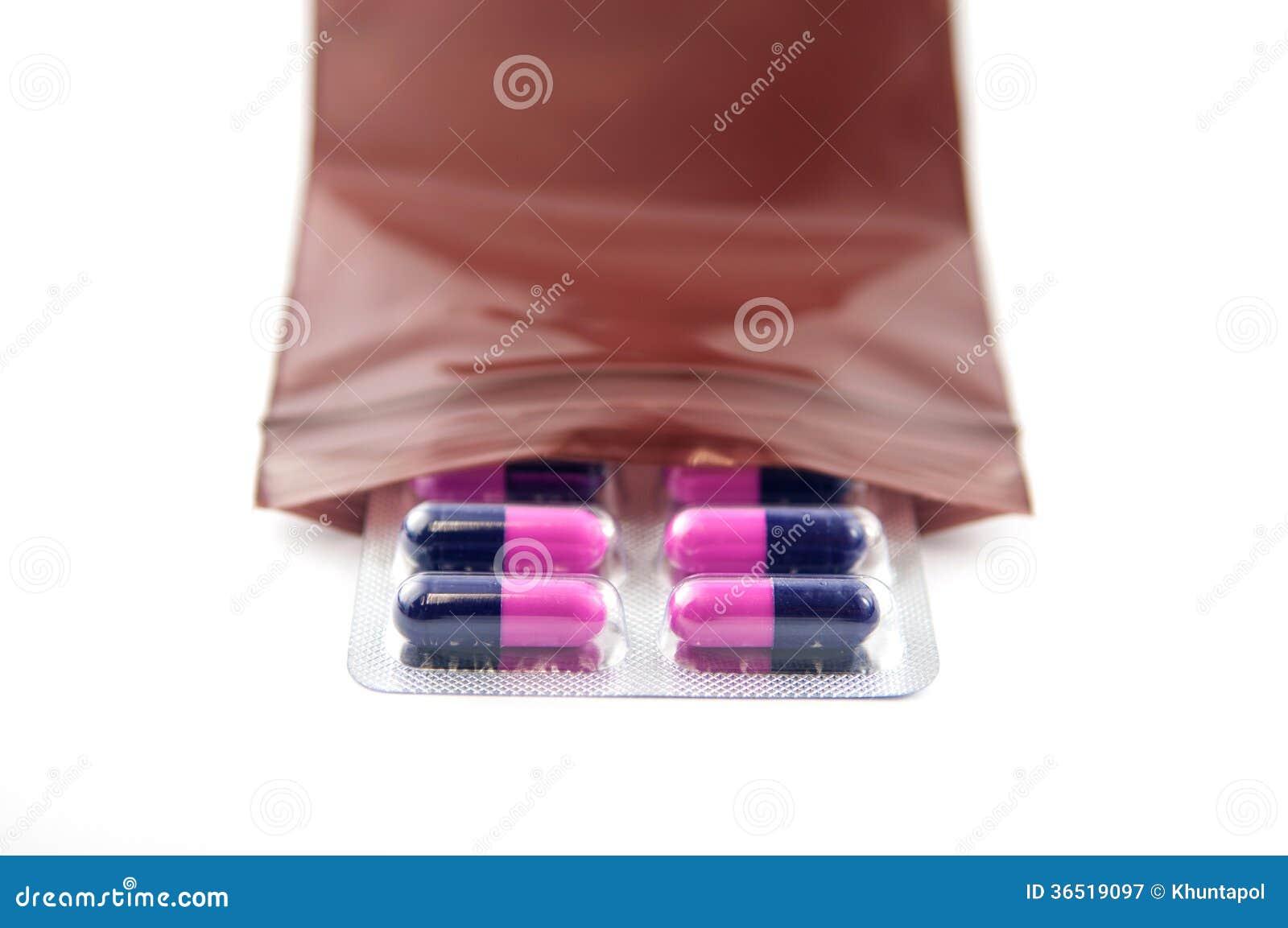 Habillage transparent de capsule de médecine dans le brun distribuant le sachet en plastique