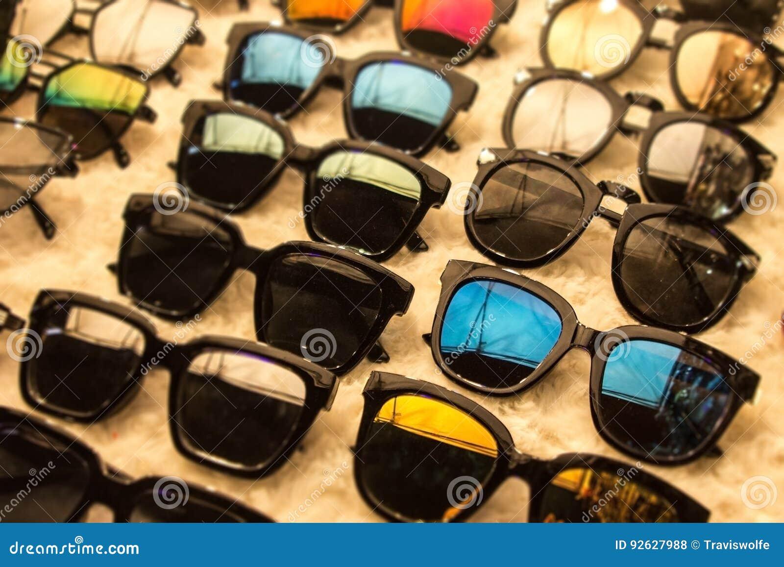 9a8b9752214b2 Habillement de lunettes de soleil dans la boutique du marché avec de  grandes remises sur l