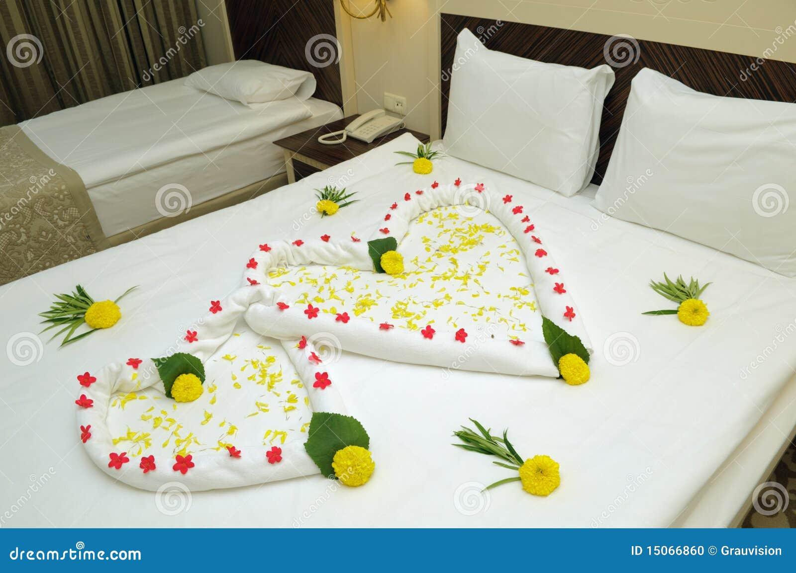 Habitaci n de la cama adornada con las flores foto de for Ideas para decorar la cama