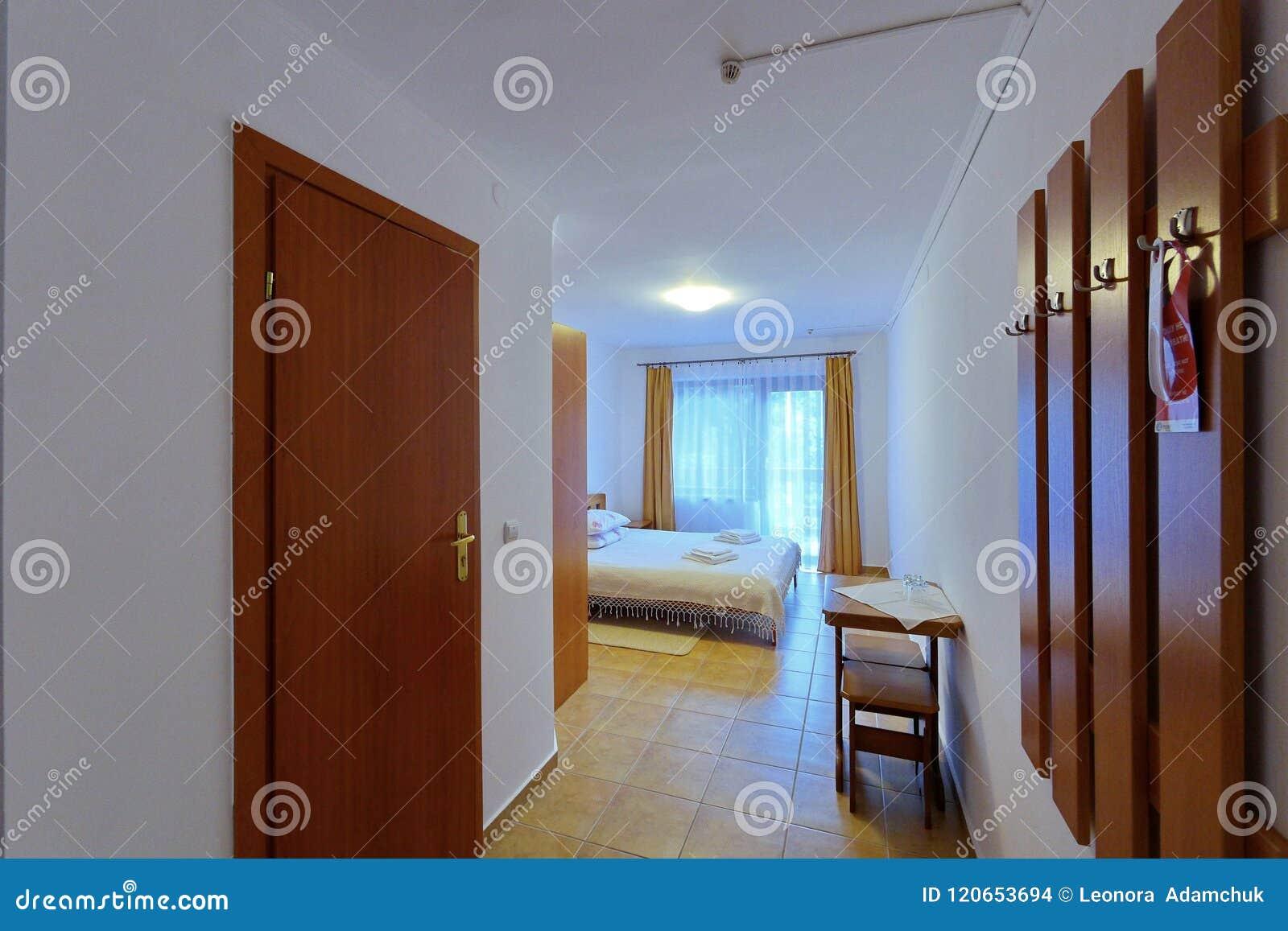 Habitaci n espaciosa hermosa con el techo blanco del - Camas muy grandes ...