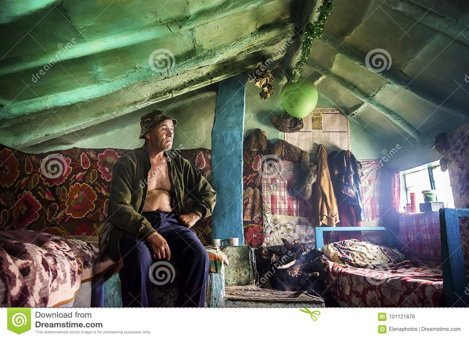 Habitante velho da vila do delta de Danúbio