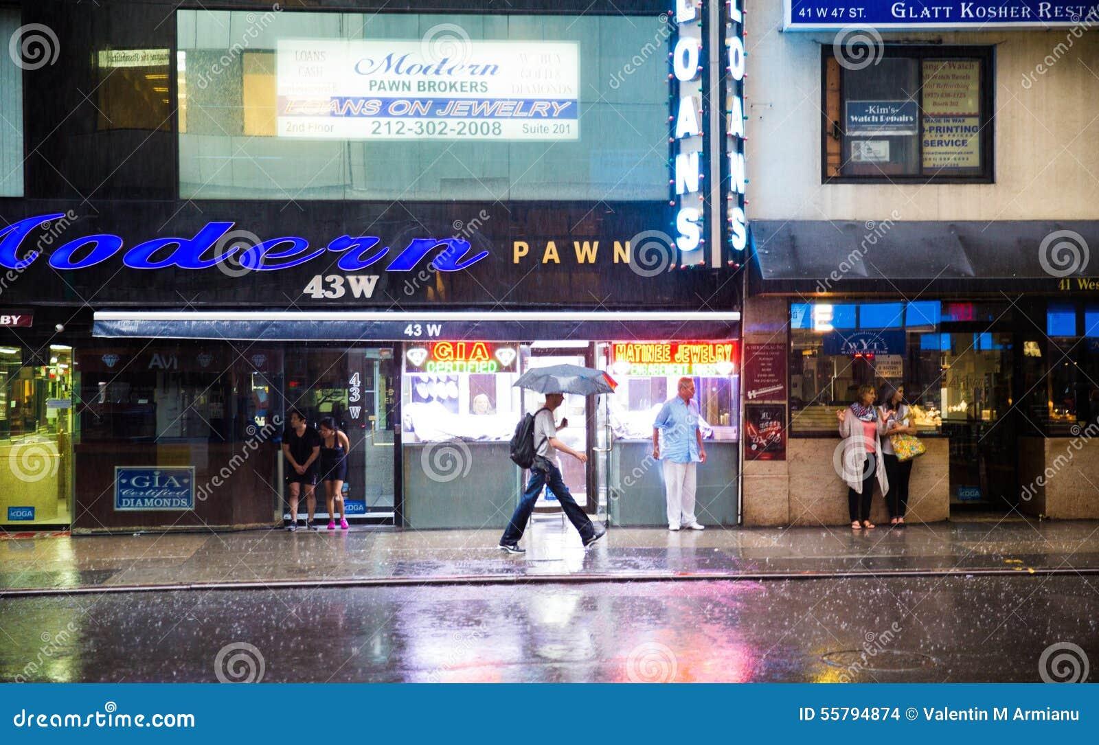 Habitants de New York sous la pluie