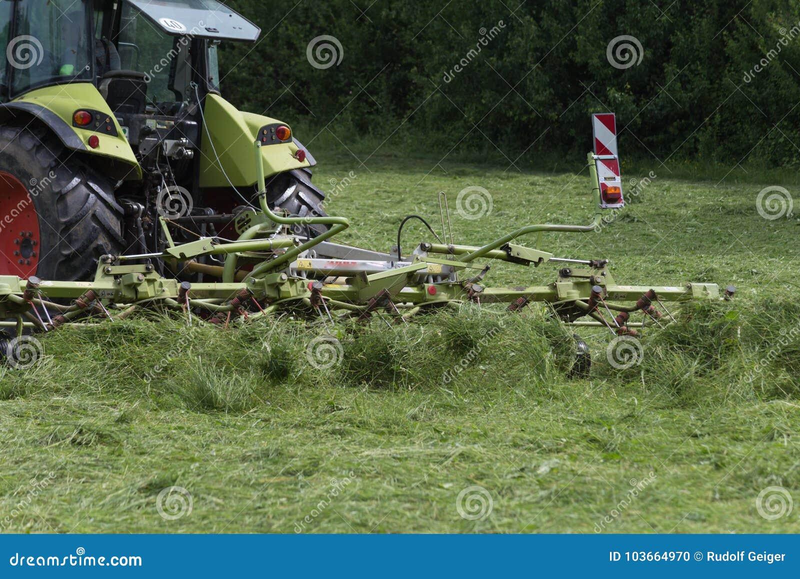 Hacer heno el tractor