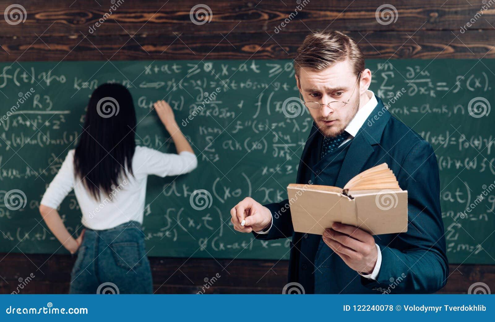 Hacer sumas La mujer de la vista posterior escribe la ecuación en la pizarra El aprendizaje de matemáticas me permite pensar clar