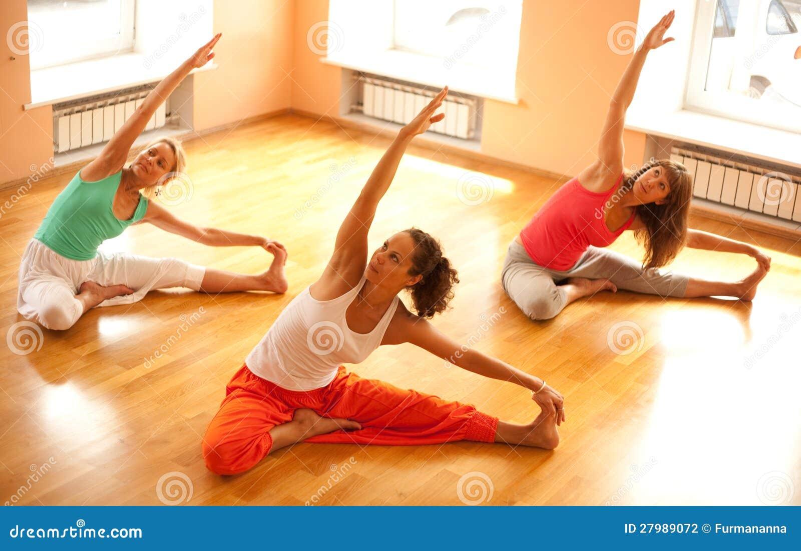 Hacer yoga en club de salud
