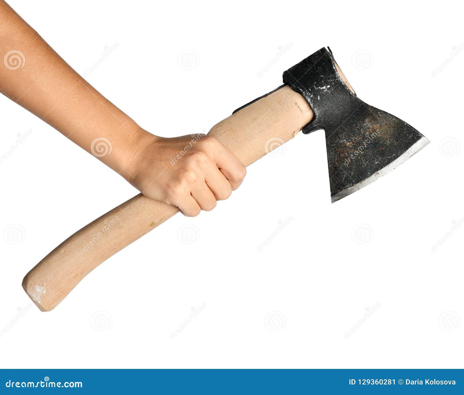 Hacha de acero del control de la mano de la mujer con la manija de madera aislada en un blanco