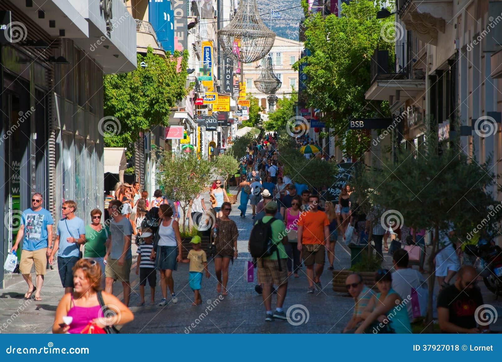 Haciendo compras en la calle de Ermou el 3 de agosto de 2013 en Atenas, Grecia.