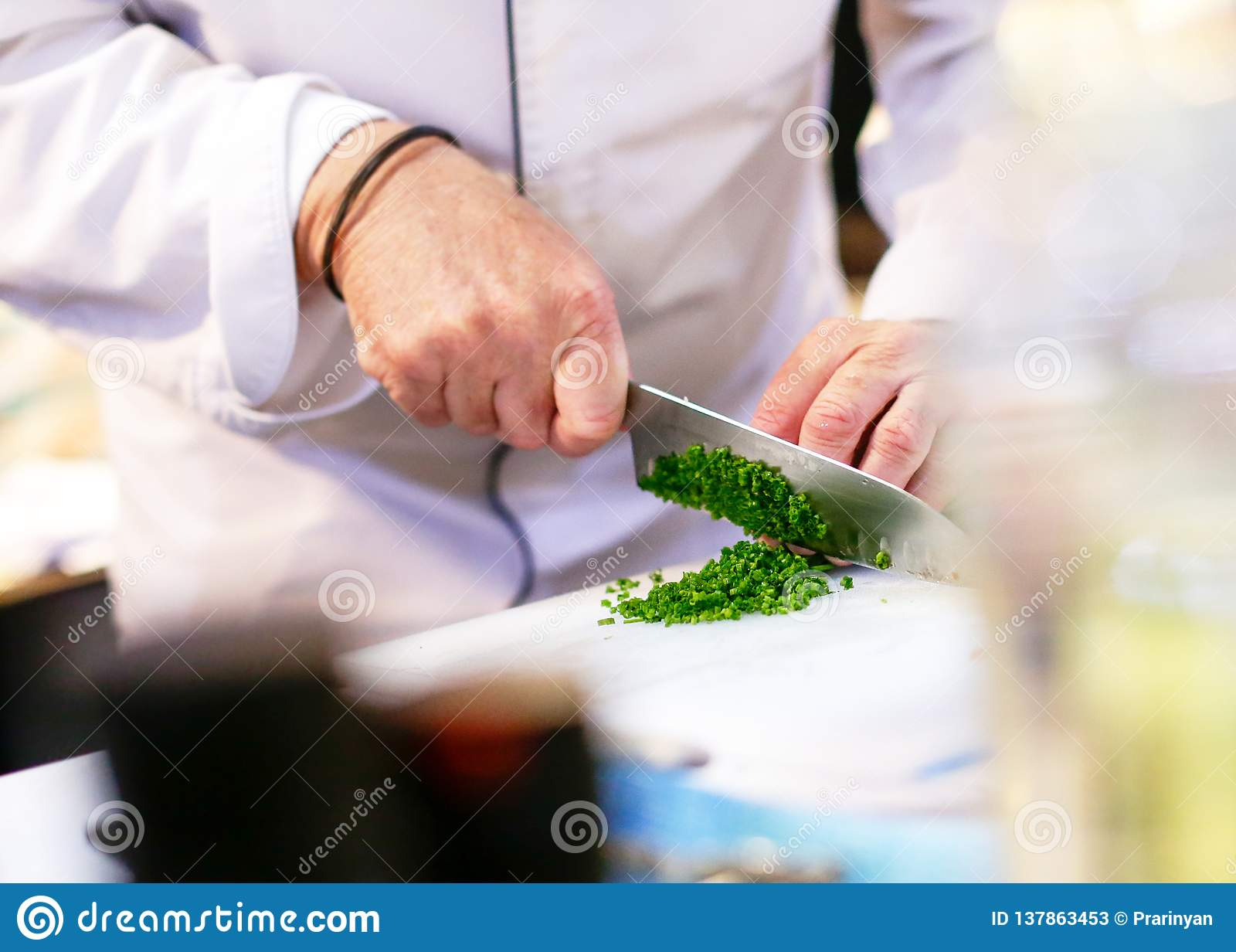 Hacken der Frühlingszwiebel, Chef, der Frischgemüse für das Kochen schneidet