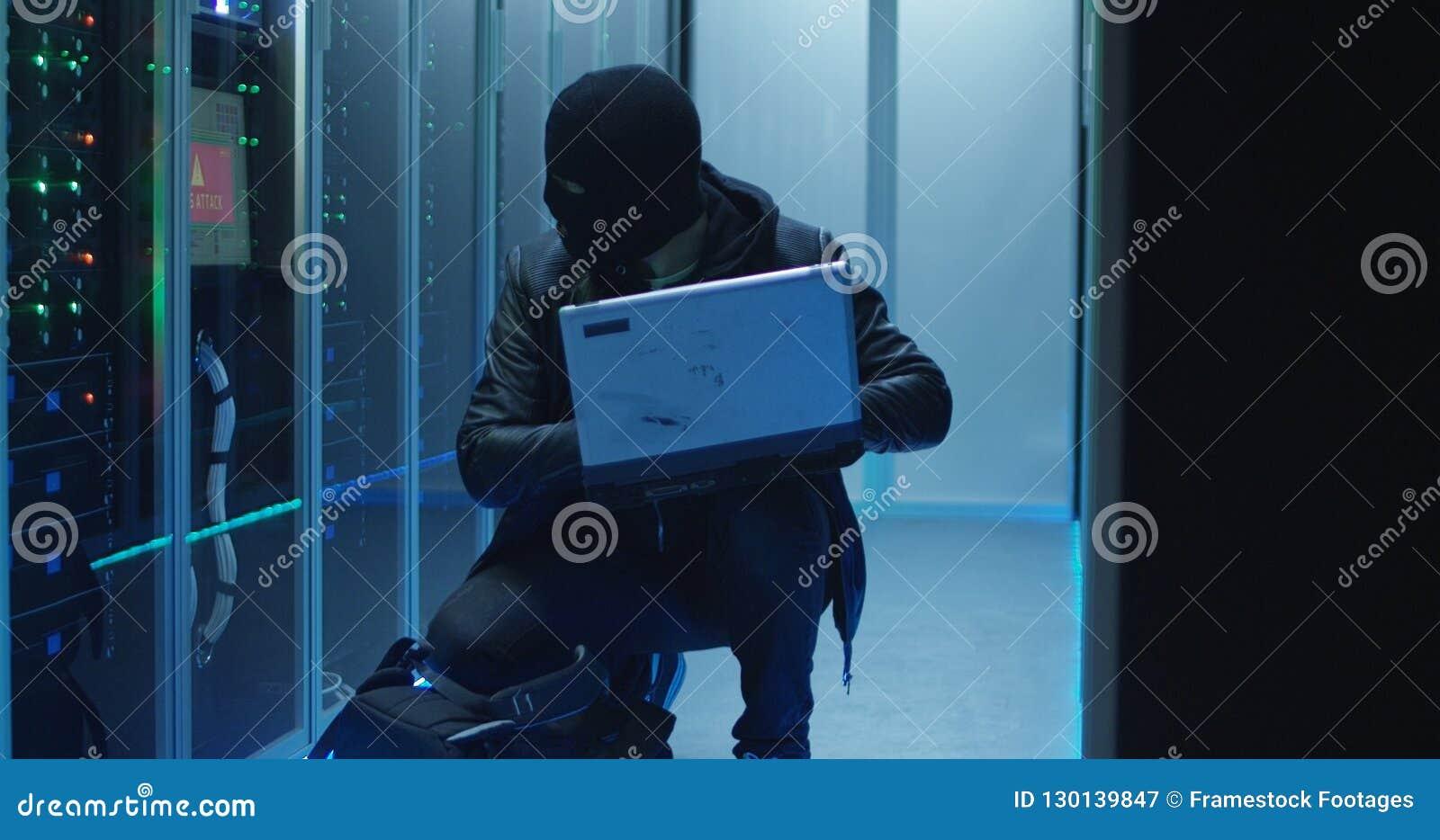 Hacker anônimo que quebra no sistema do servidor