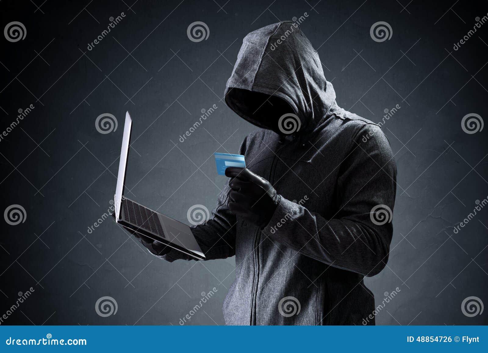 Hacker de computador com cartão de crédito que rouba dados de um portátil