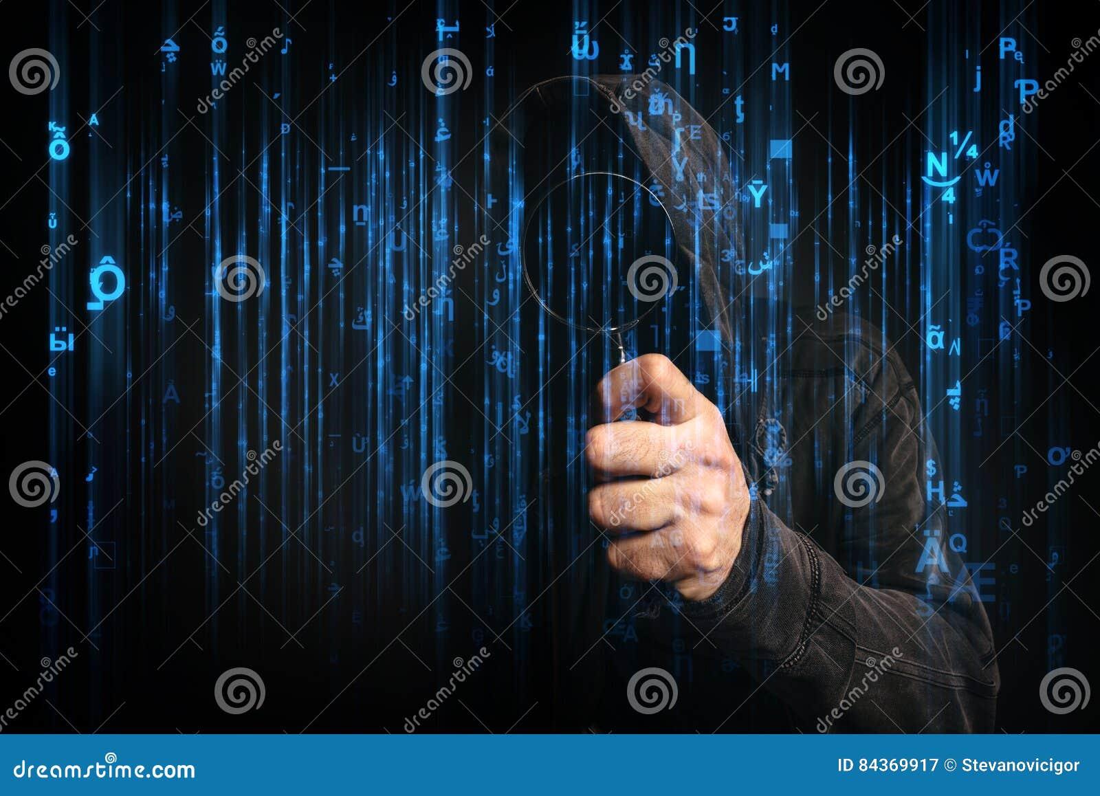 Hacker de computador com o hoodie no Cyberspace cercado pela matriz c
