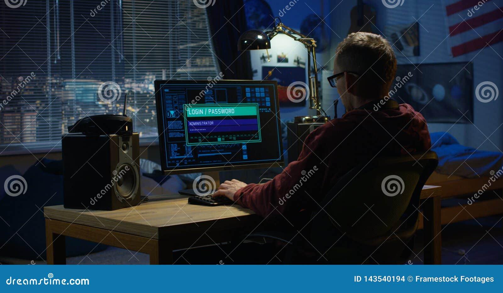 Hacker de computador que usa seu computador