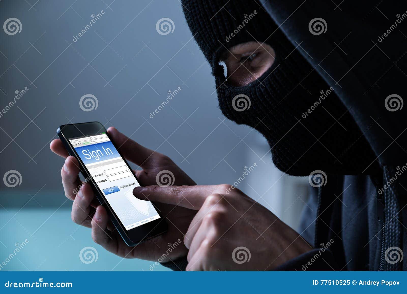 Hacker, der intelligentes Telefon verwendet, um Daten zu stehlen