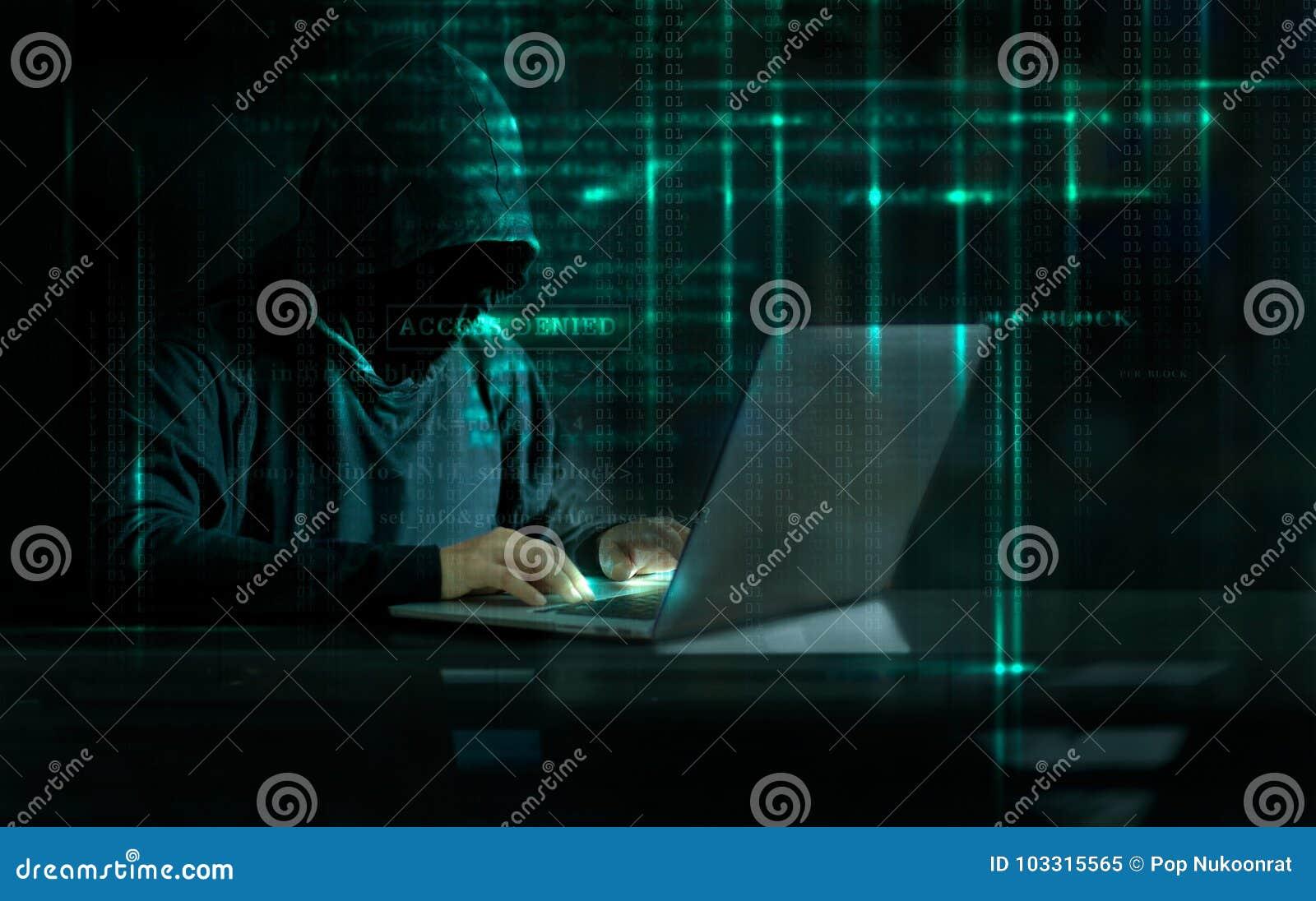 Hacker do ataque do Cyber que usa o computador com código no digita da relação