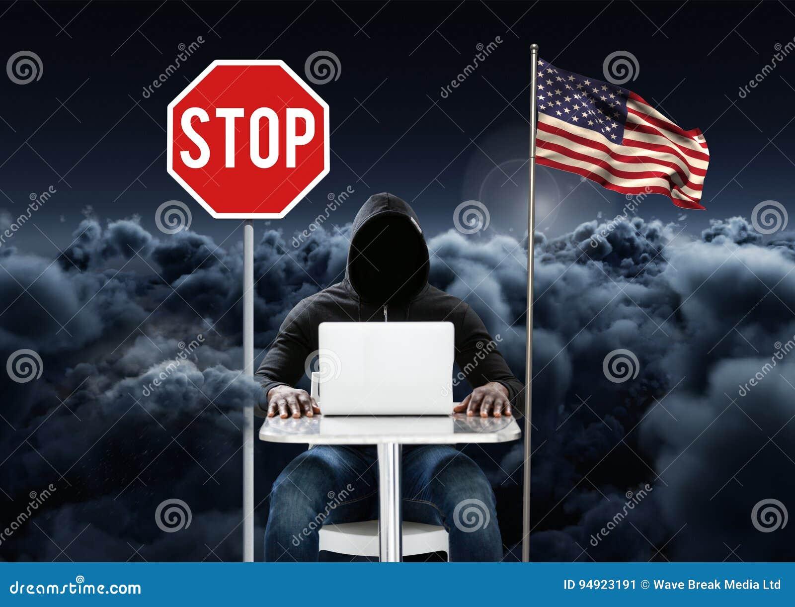 Hacker pracuje na laptopie blisko flaga amerykańskiej i przerwy deska z chmurnym tłem