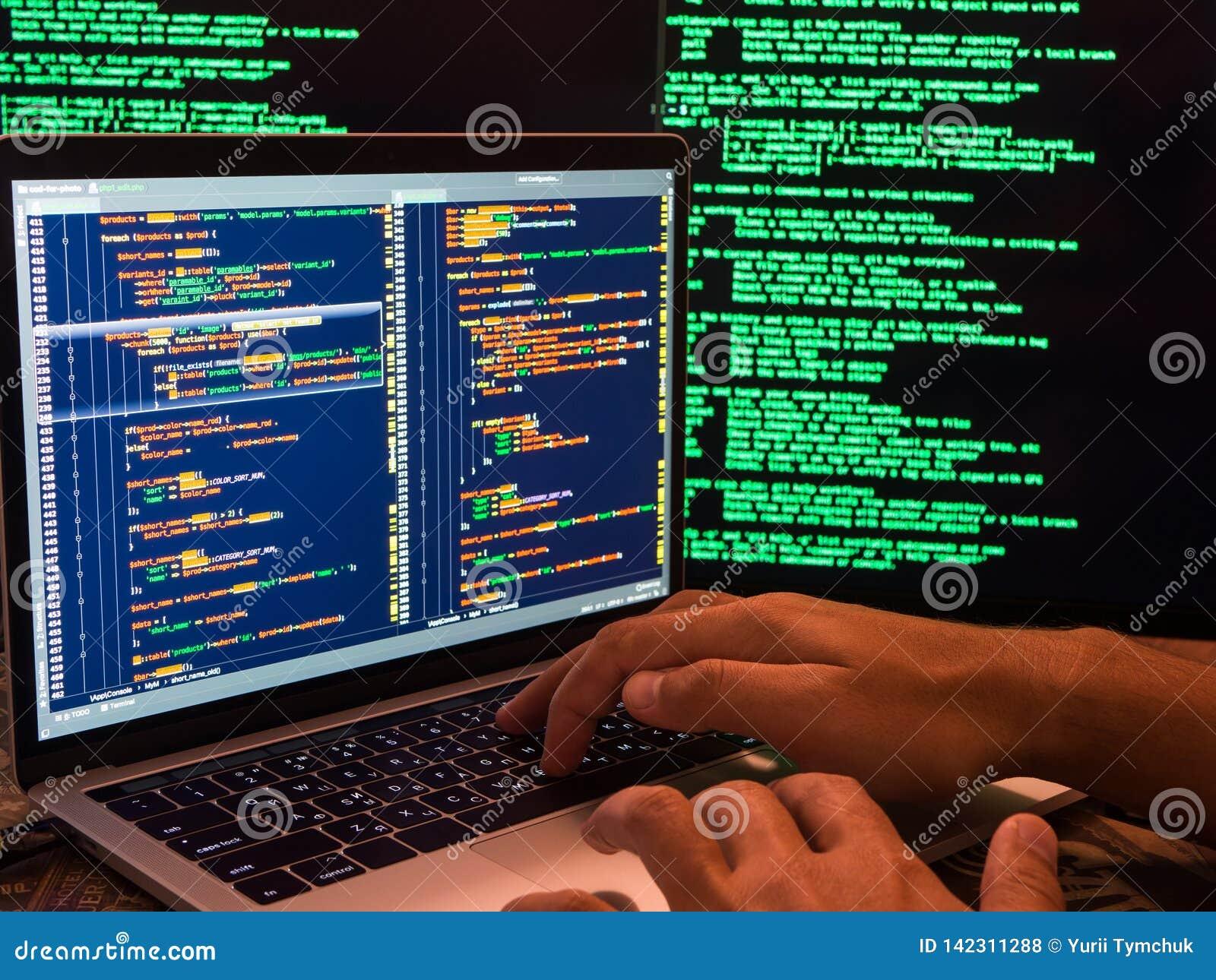Hacker que rompe o sistema seguro no Cyberspace usando o código ou o programa malicioso do vírus