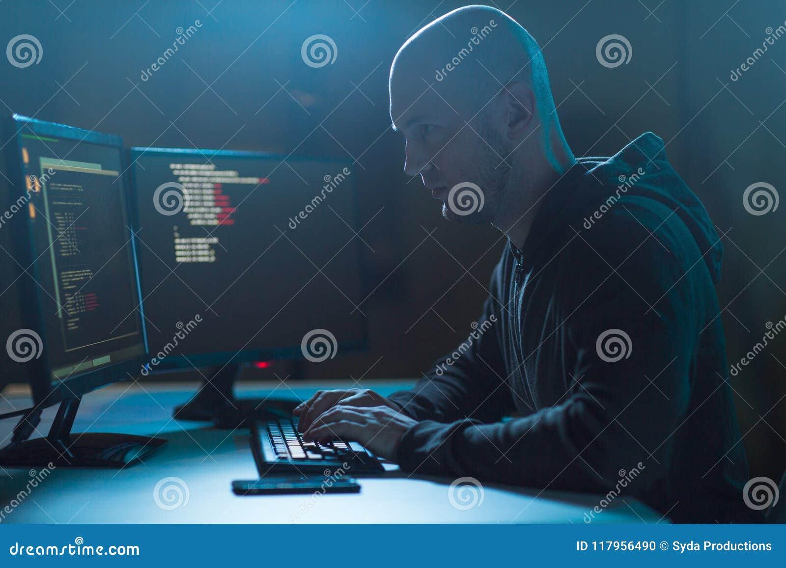 Hacker que usa o vírus de computador para o ataque do cyber