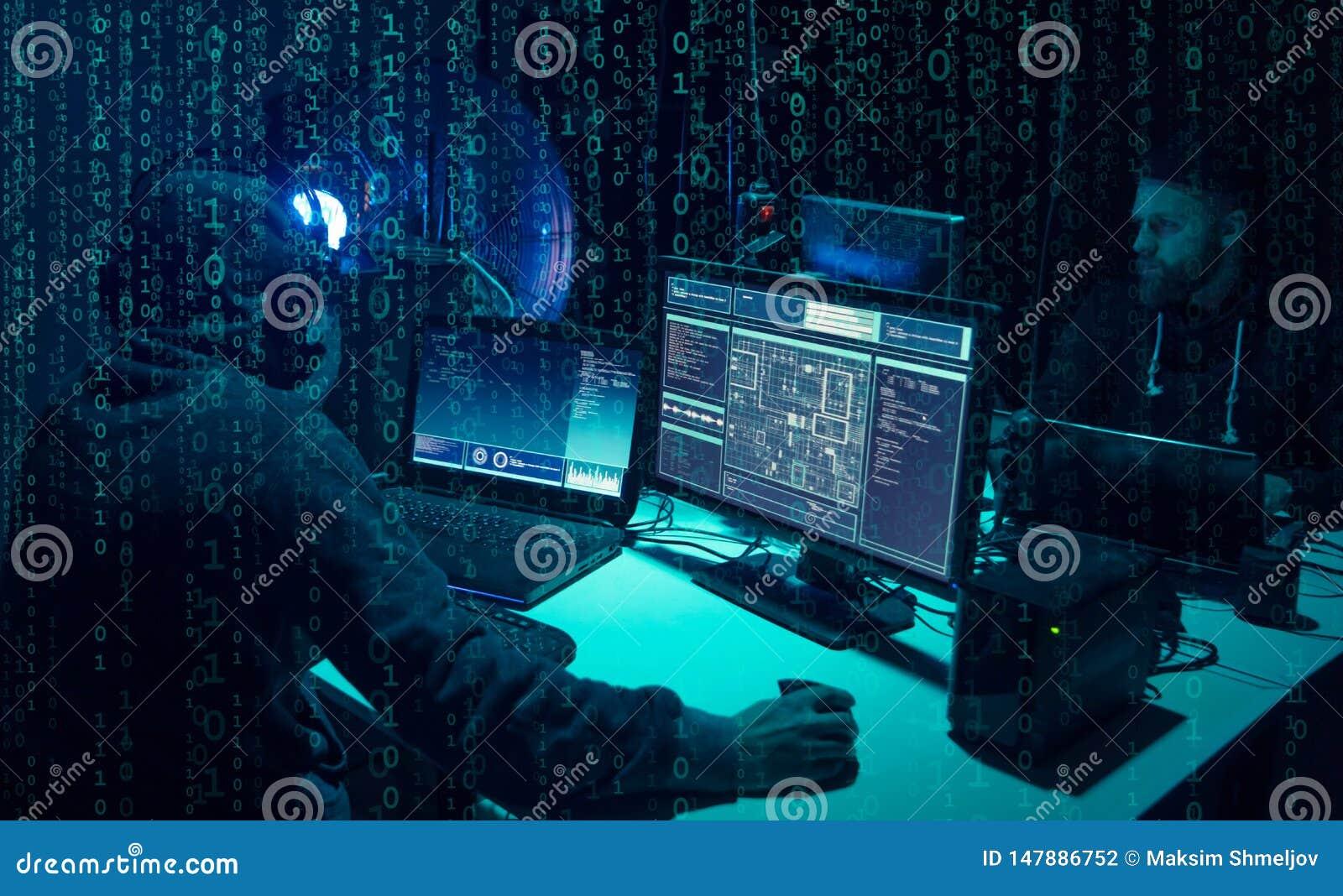 Hacker queridos que codificam o ransomware do v?rus usando port?teis e computadores Ataque do Cyber, quebra do sistema e conceito