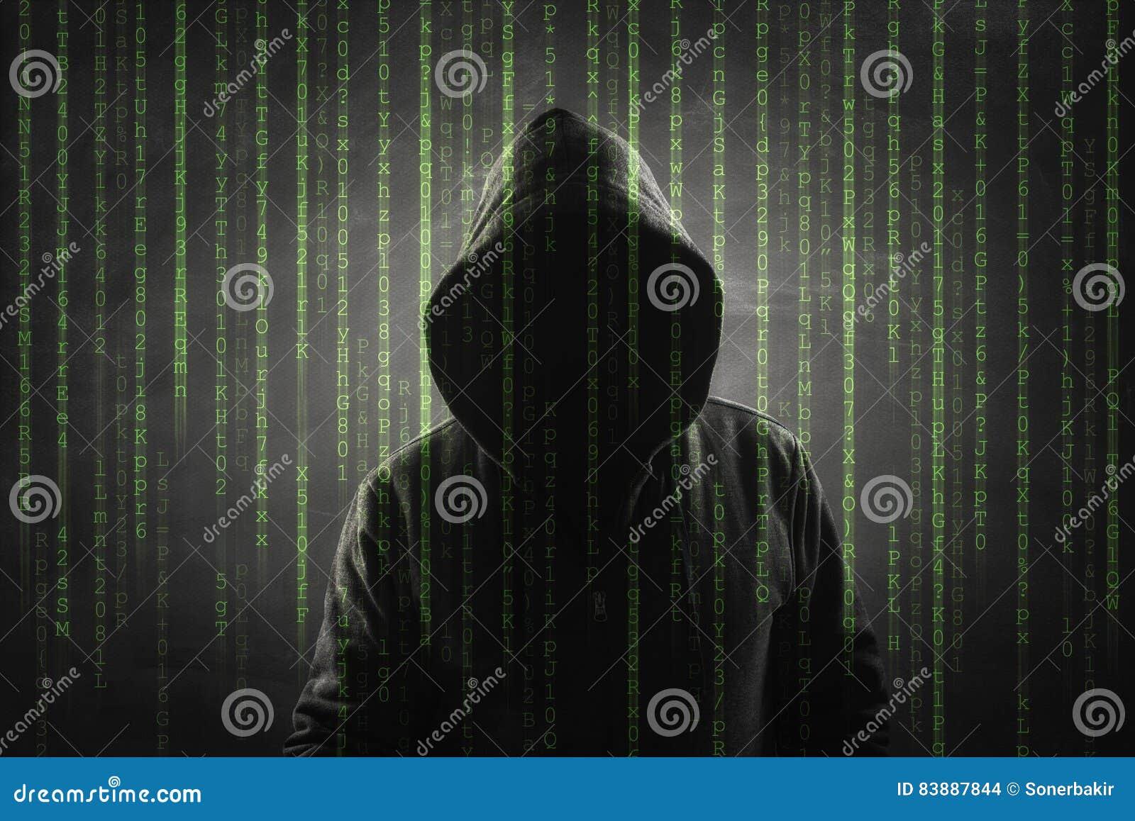 Hacker sobre uma tela verde com código binário