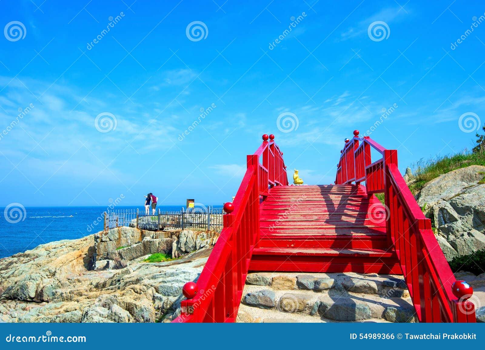 Haeundae hav och träbro på den Haedong yonggungsatemplet i B