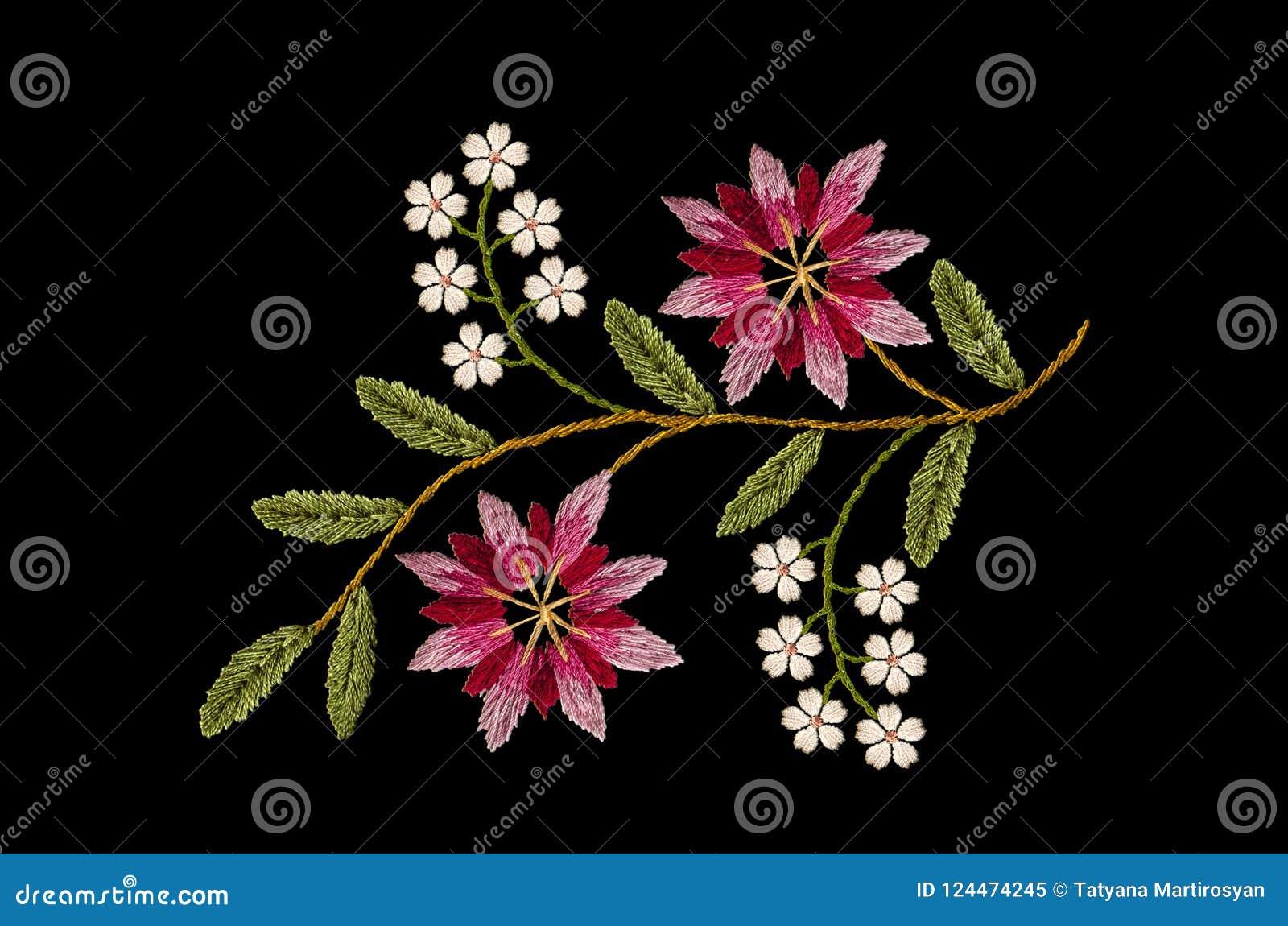 Hafciarski falisty sprig z menchii cornflowers i delikatnymi białymi kwiatami na czarnym tle czerwonymi i purpurowymi