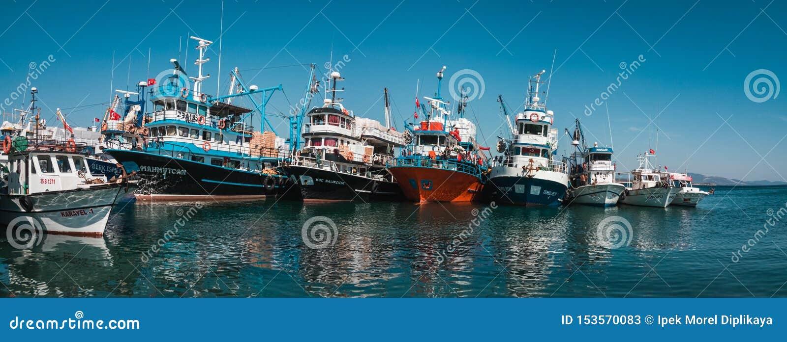 Hafen mit Booten der kommerziellen Fischerei in Didim, die Türkei