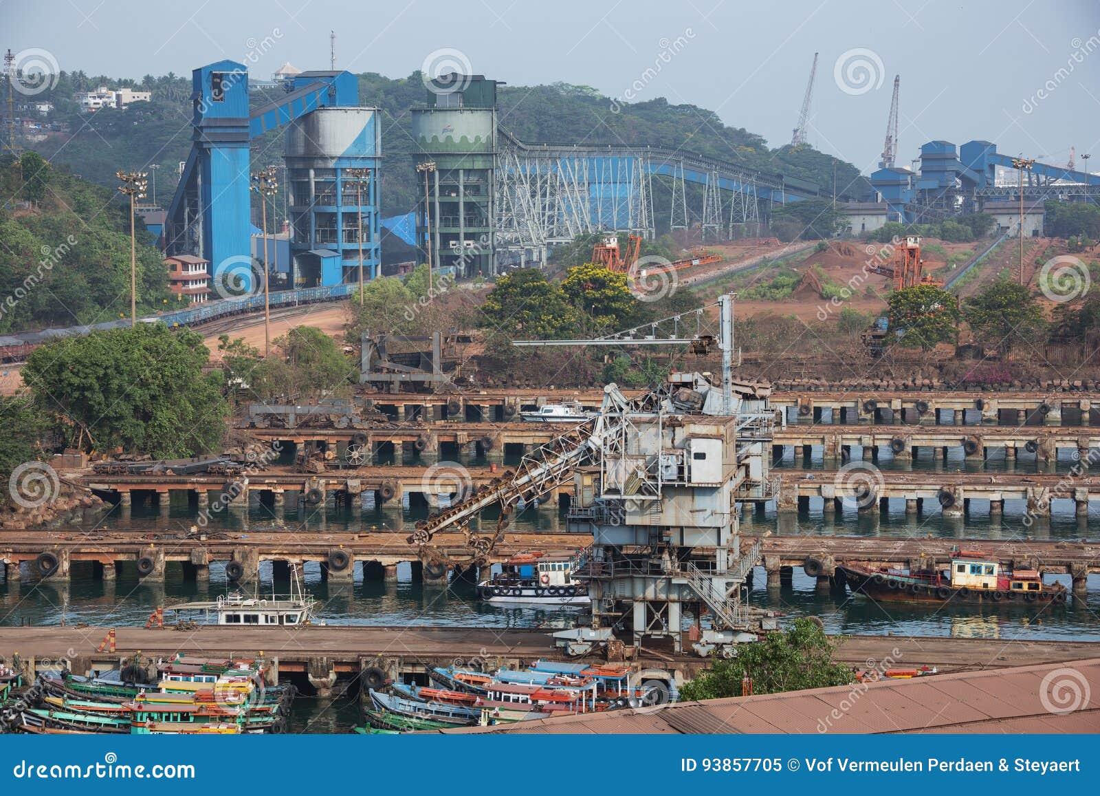 Hafenanlagen mit Güterzug