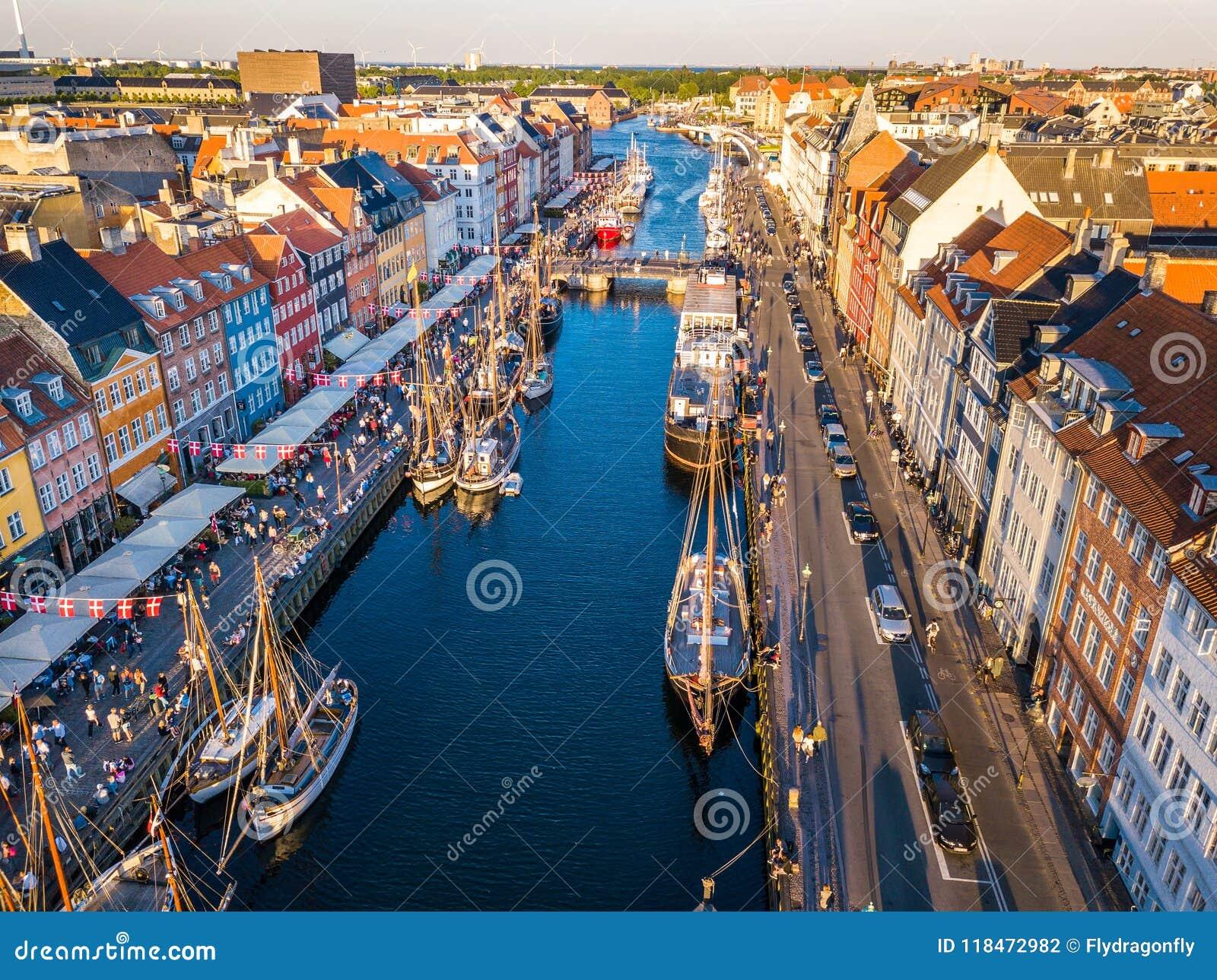 Hafenkanal- und -unterhaltungsbezirk Nyhavn neuer in Kopenhagen, Dänemark Der Kanal beherbergtt viele historischen hölzernen