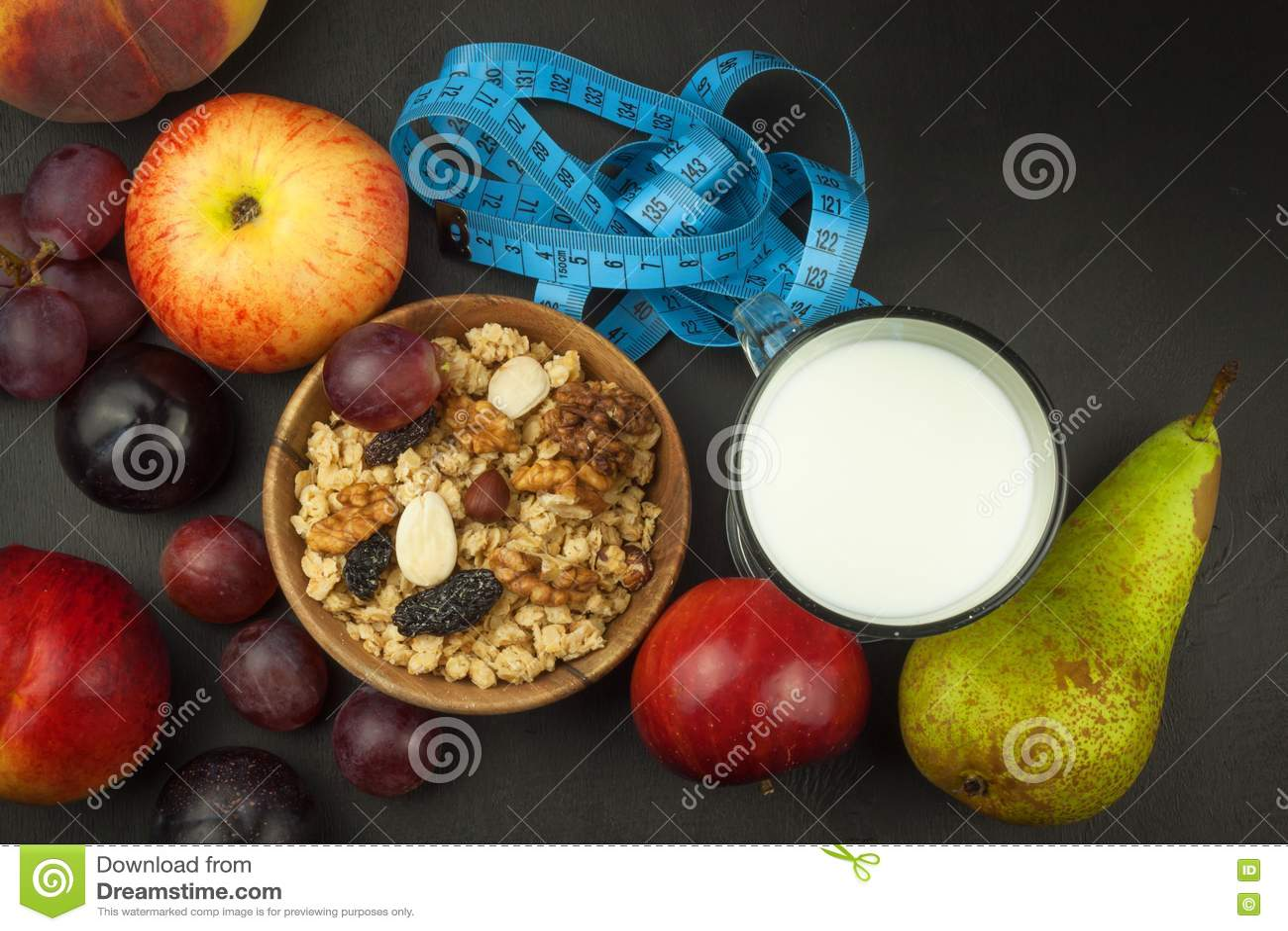Hafermehl, Frucht und ein Glas Milch Nähren Sie Nahrung Nahrhaftes Lebensmittel für Athleten Gesunde Diät Traditionelles Frühstüc