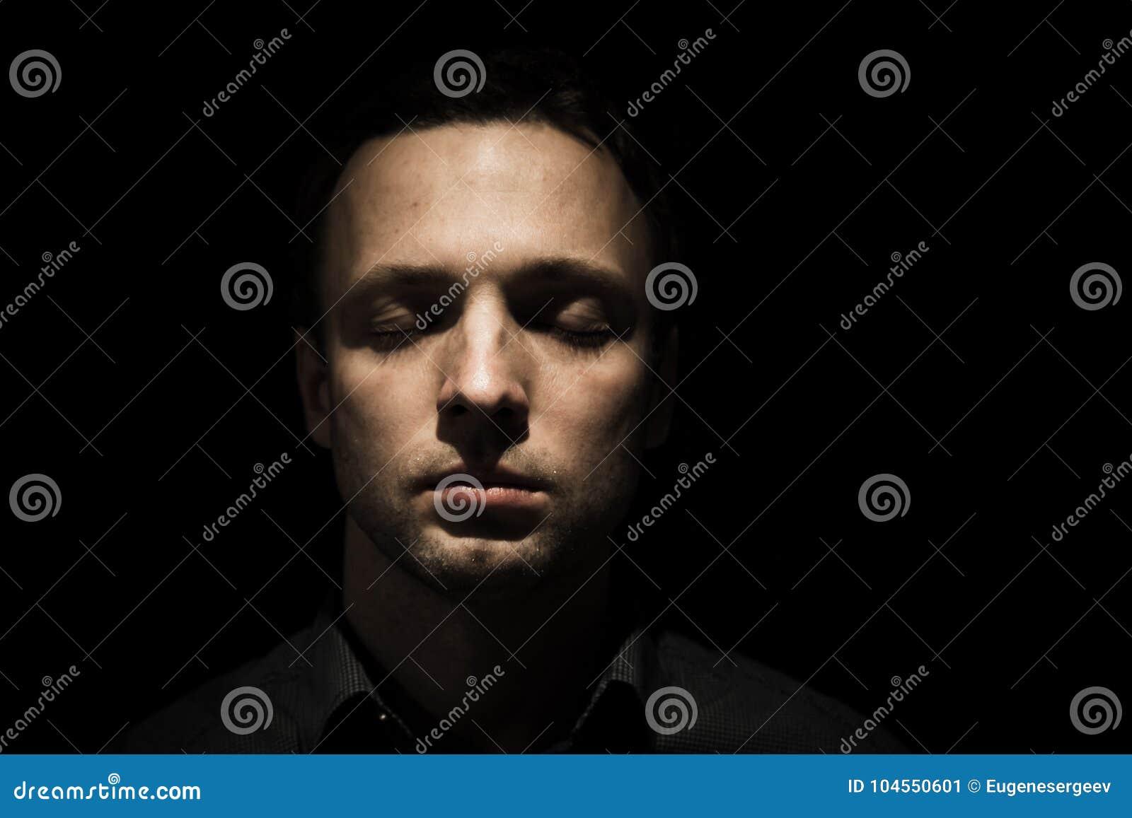 Haga frente al retrato del hombre joven con los ojos cerrados