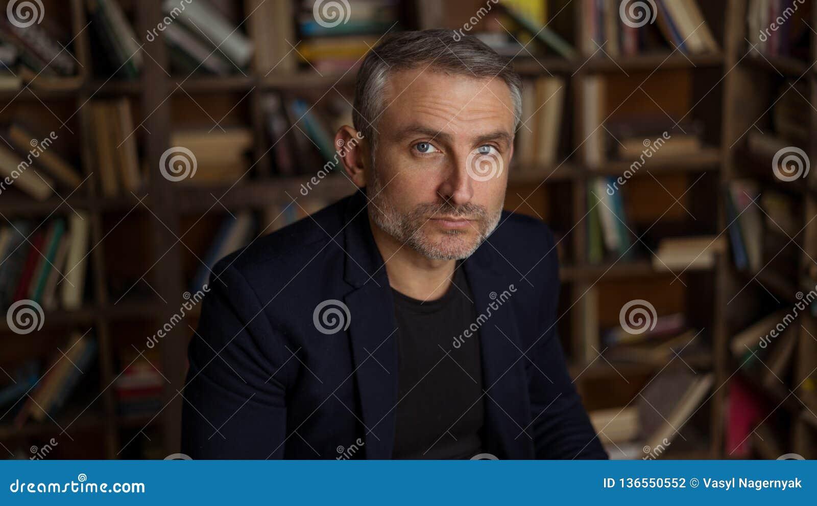 Haga frente a los hombres de 45 años con el pelo y la barba grises