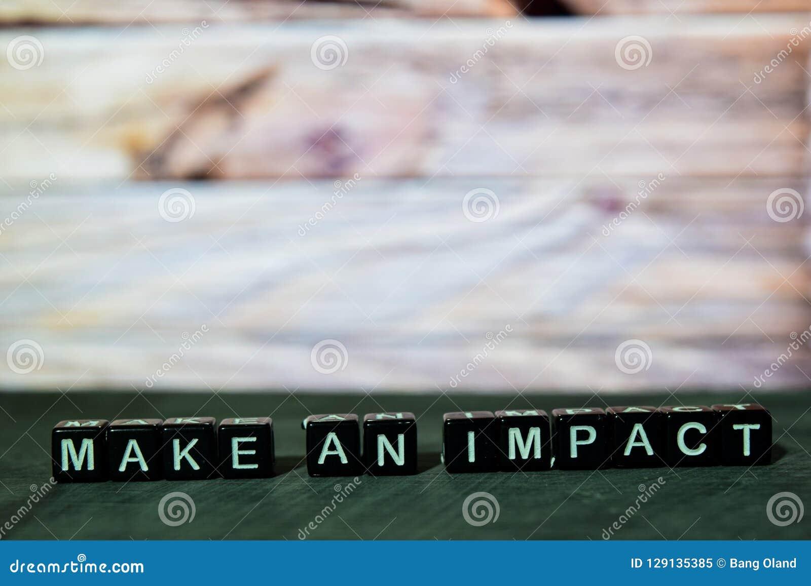 Haga un impacto en bloques de madera Imagen procesada cruz con el fondo del bokeh