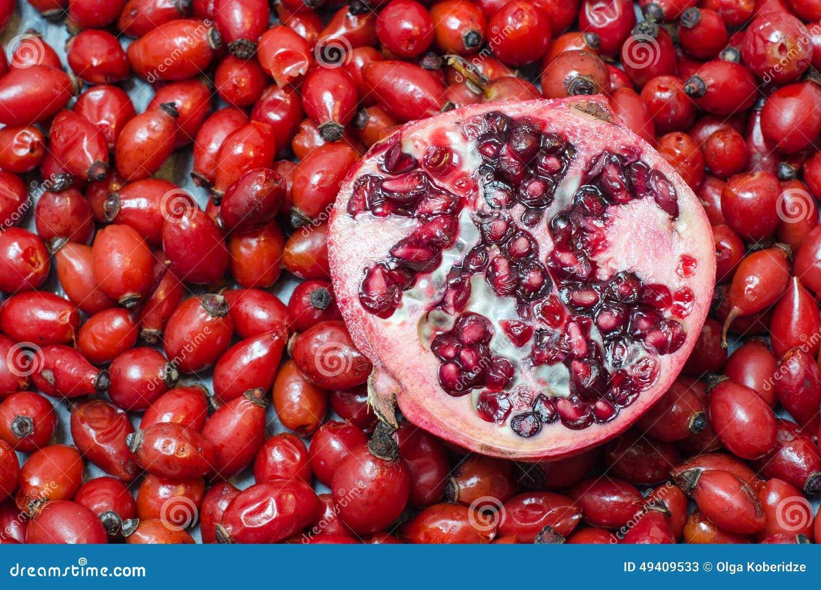 Download Hagebuttenbeeren Und Halber Granatapfel Stockbild - Bild von kräuter, organisch: 49409533
