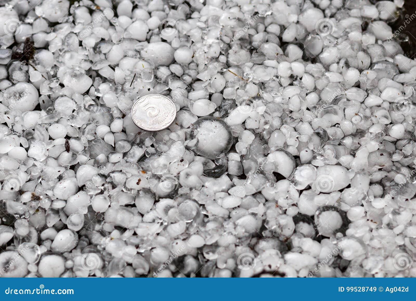 Hagel die met een groter muntstuk, hagelstenen ter plaatse na hagelbui, hagel wordt gerangschikt van grote grootte