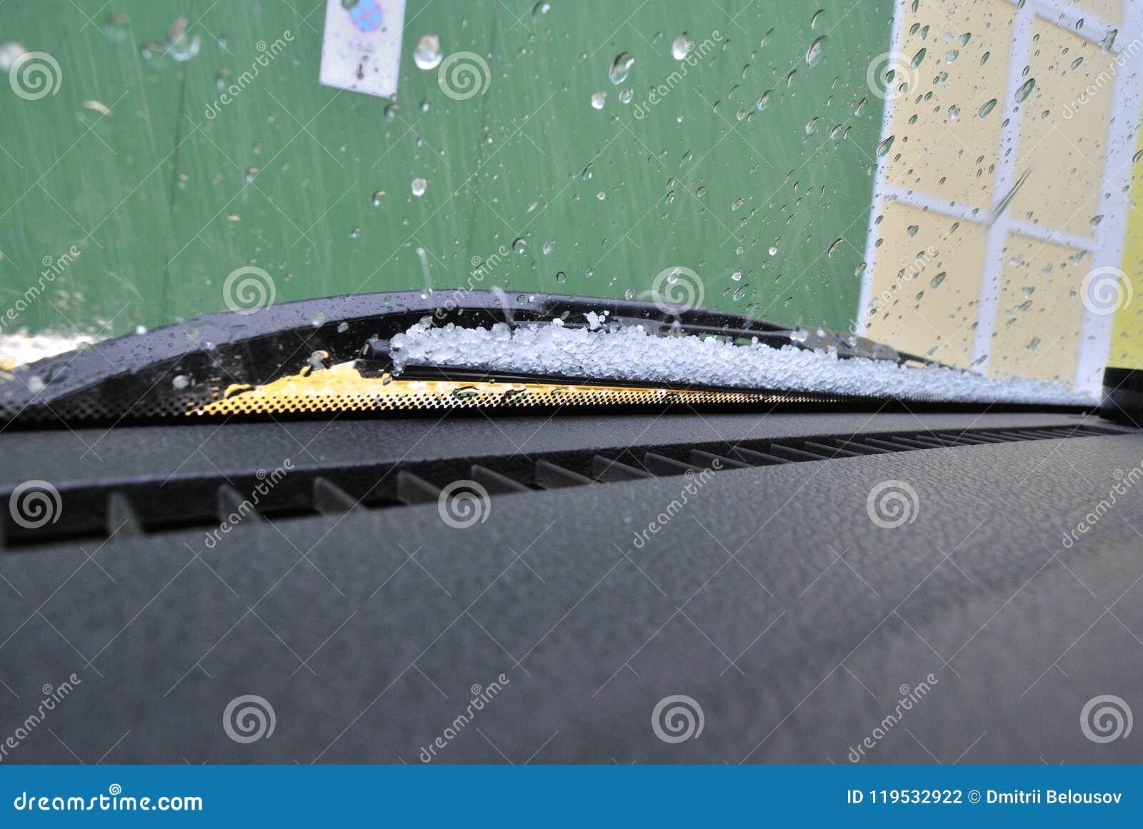 Hagel på vindrutan av bilen