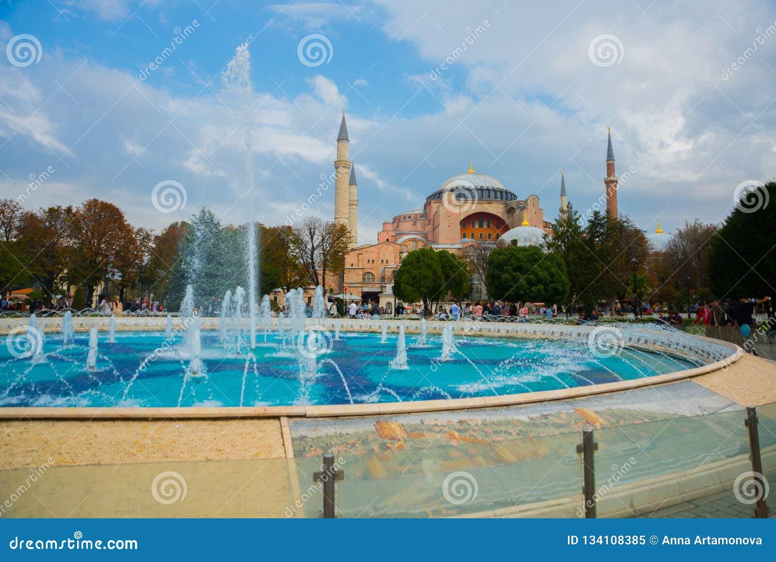 Hagia Sophia et la fontaine sur la place de Sultanahmet Basilique patriarcale chrétienne, mosquée impériale et maintenant un musé