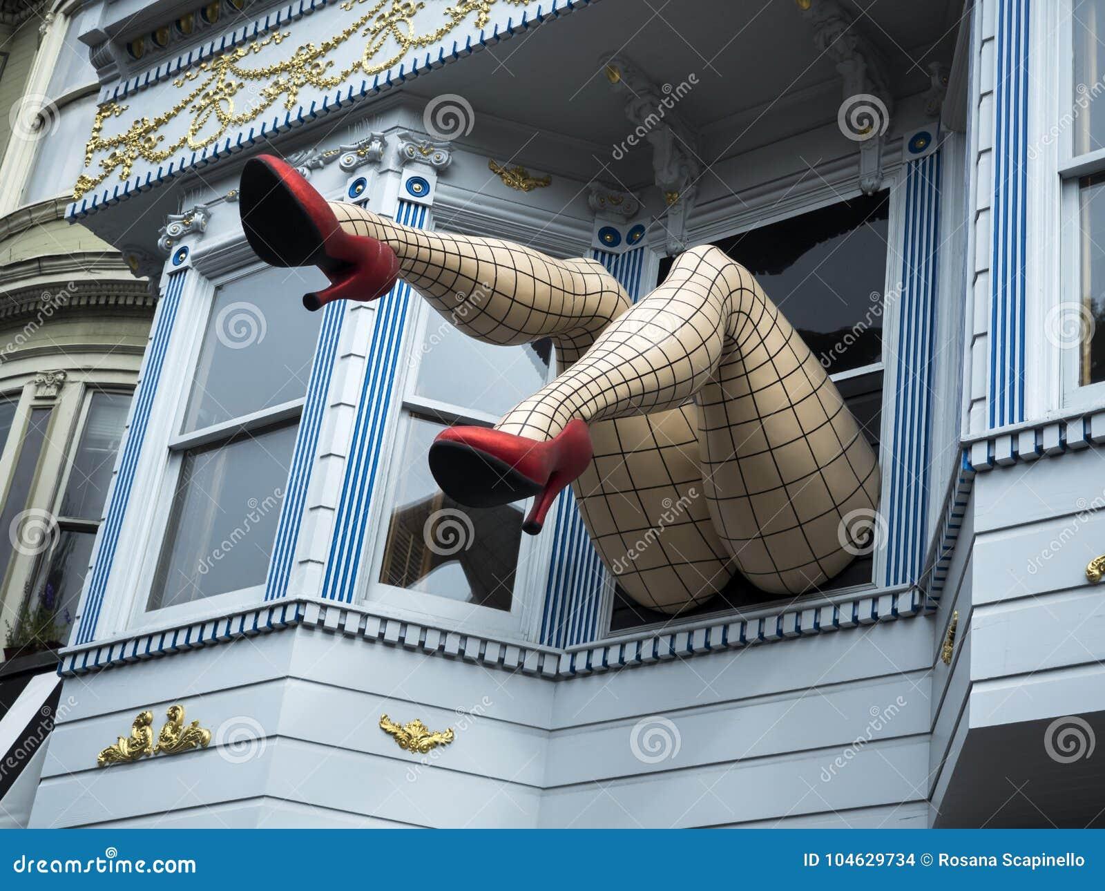 Download Haight-Ashbury, Grappige Vrouwelijke Benen Met Legging En Rode Hielen Door Venster In Een Blauw Huis - San Francisco, Californië, Redactionele Stock Afbeelding - Afbeelding bestaande uit verbinding, wijfje: 104629734