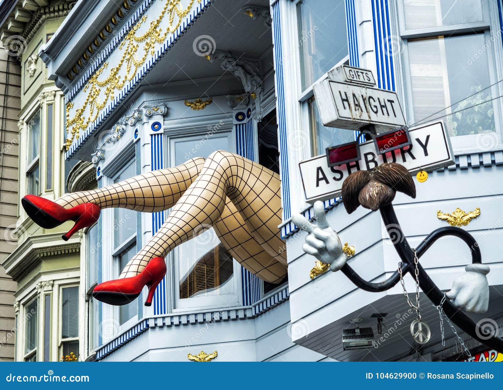 Download Haight-Ashbury, Grappige Vrouwelijke Benen Met Legging En Rode Hielen Door Venster In Een Blauw Huis - San Francisco, Californië, Redactionele Afbeelding - Afbeelding bestaande uit district, plaats: 104629900