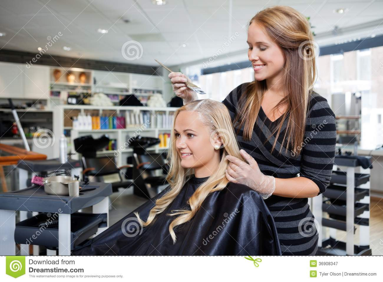 Hair dye at beauty salon royalty free stock photography for Administrar un salon de belleza