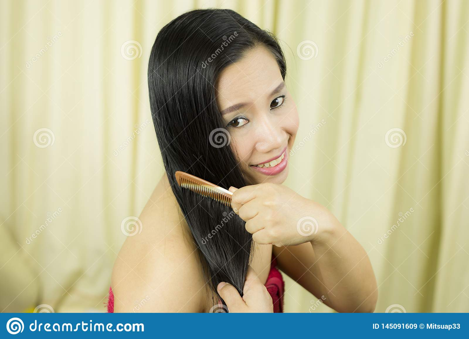 R Κινηματογράφηση σε πρώτο πλάνο της όμορφης τρίχας Hairbrushing γυναικών με τη βούρτσα Πορτρέτο της προκλητικής θηλυκής γυναίκας