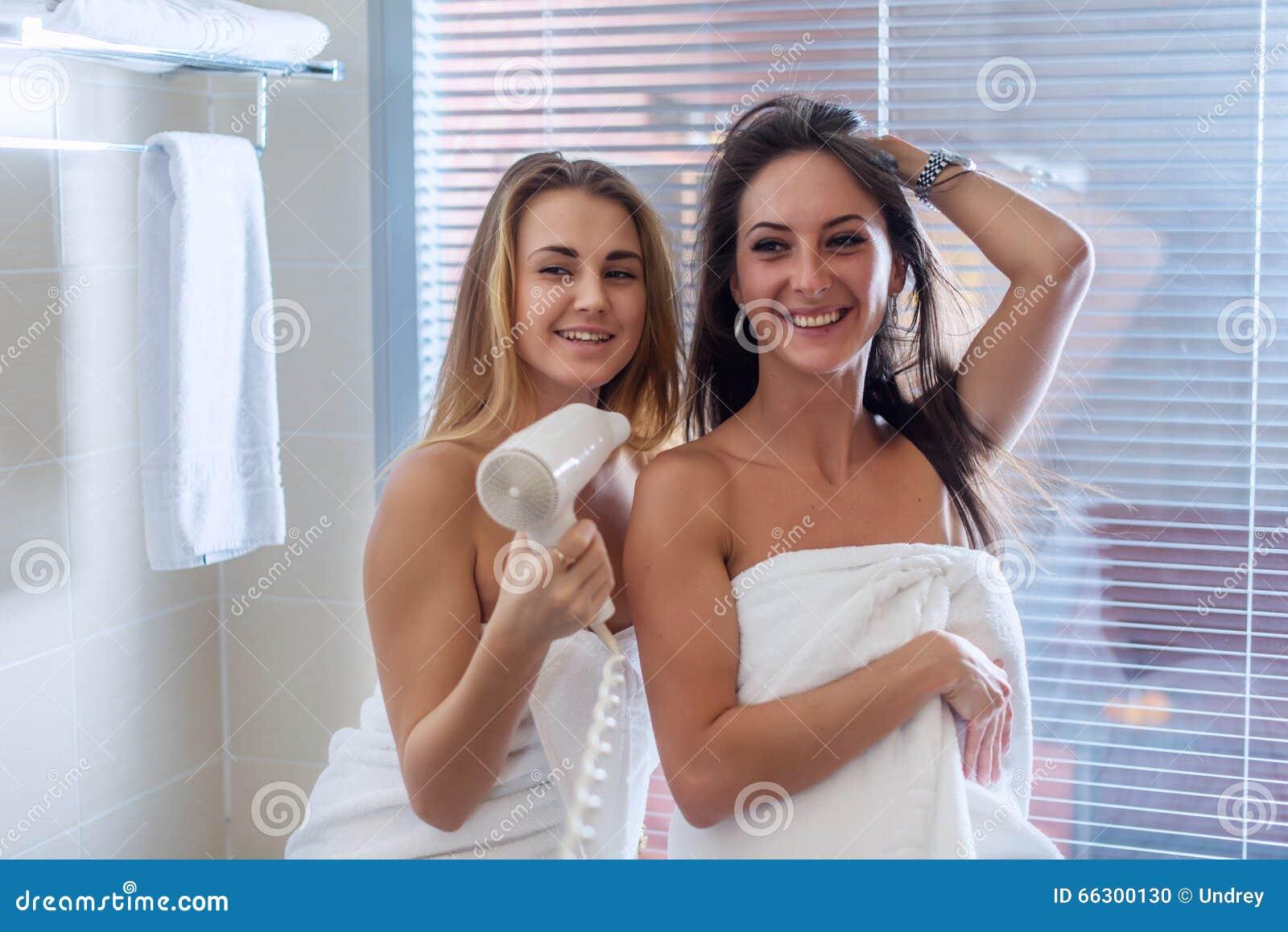 Haircare Trocknendes Haar der Frauen in den Badezimmertüchern
