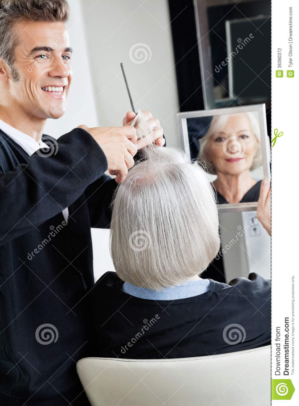 Hairdresser cutting client 39 s hair stock photography for Salon seniors