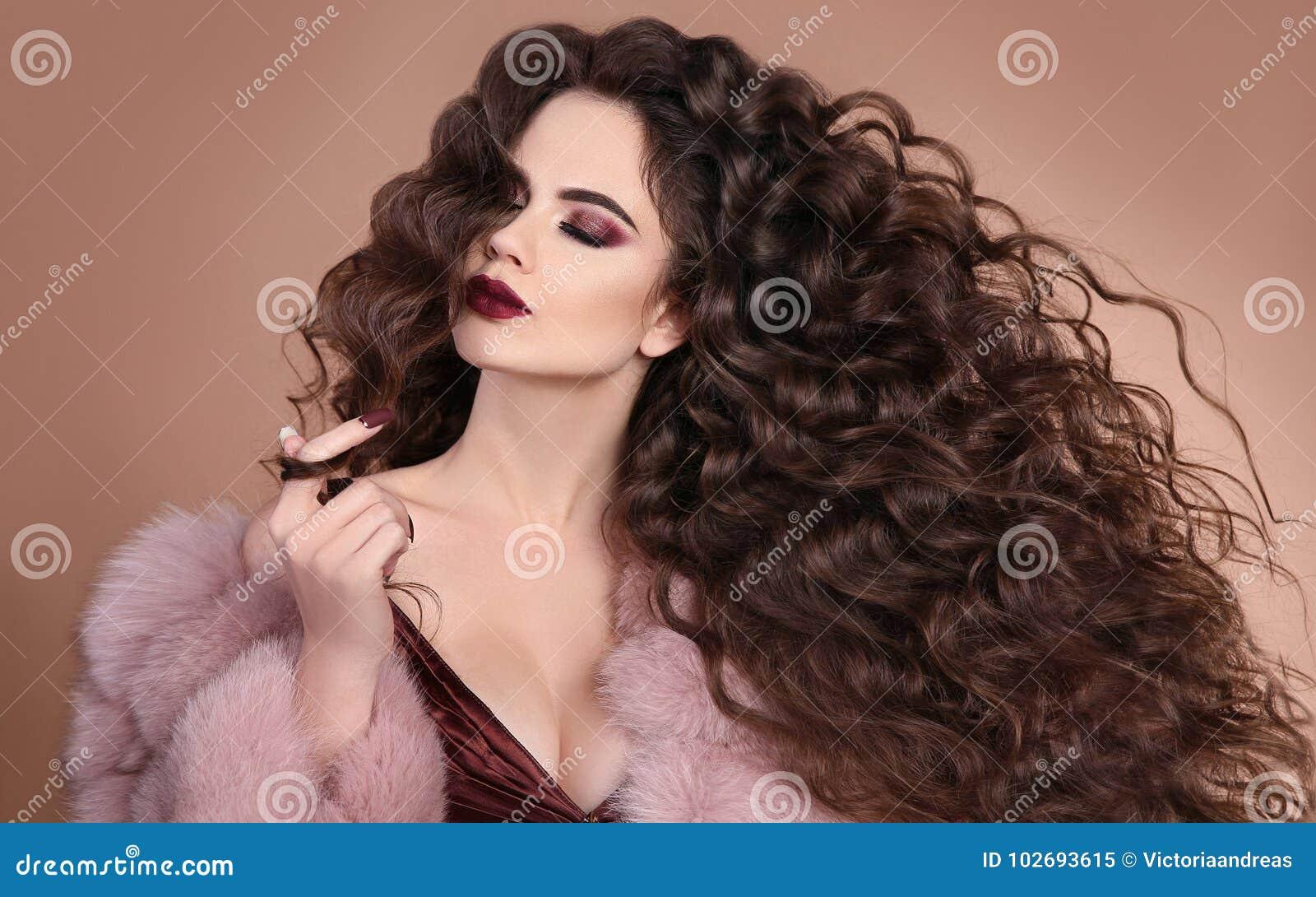 Hairstyle Κορίτσι brunette μόδας με τη μακριά σγουρή τρίχα, ομορφιά μΑ