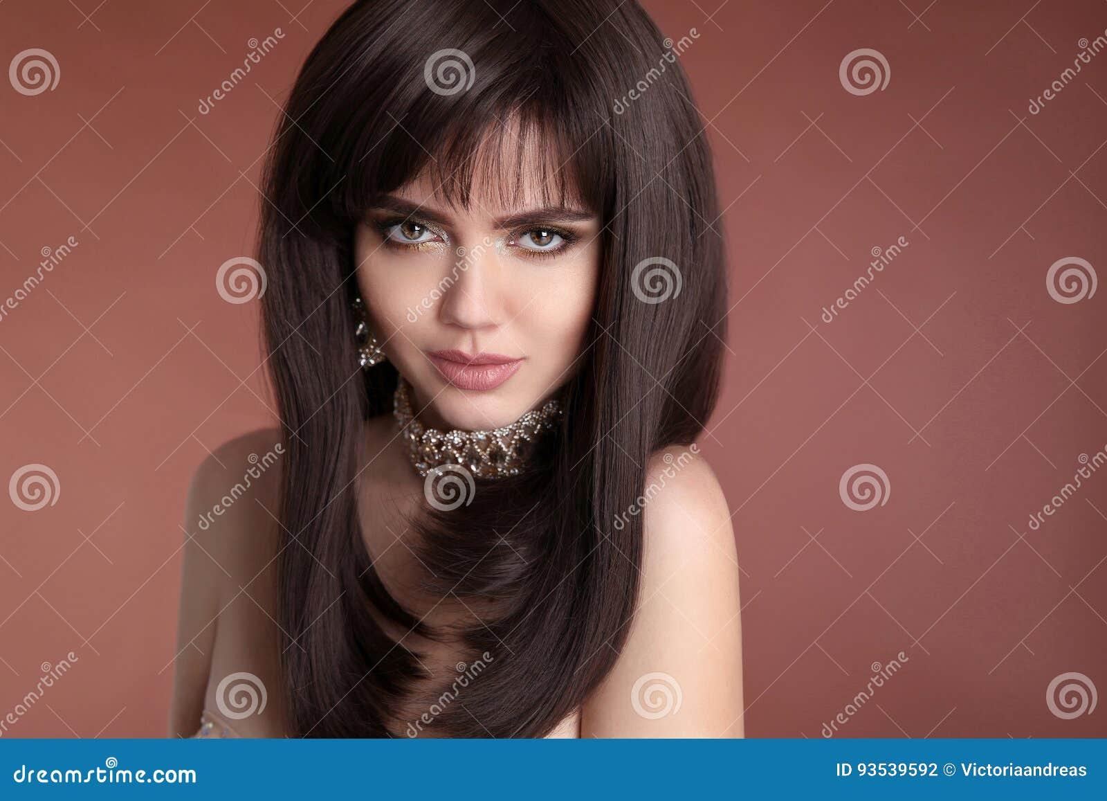 Hairstyle Schoonheidsportret van donkerbruin vrouwelijk gezicht met make-up,