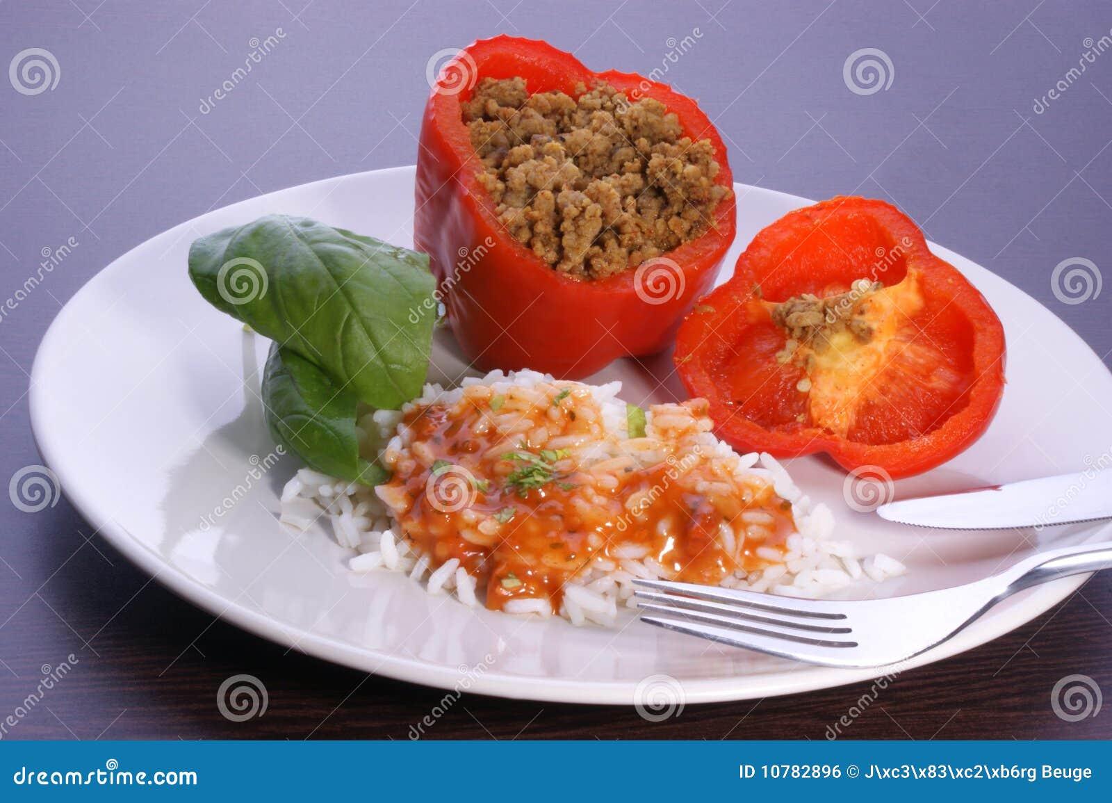 Hak gevulde paprika met basilicumblad en rijst fijn