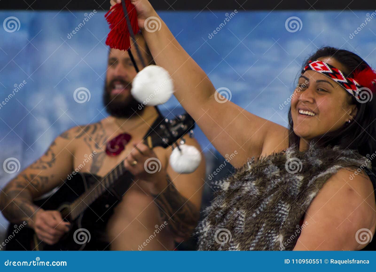 Haka de ejecución maorí de la danza tradicional